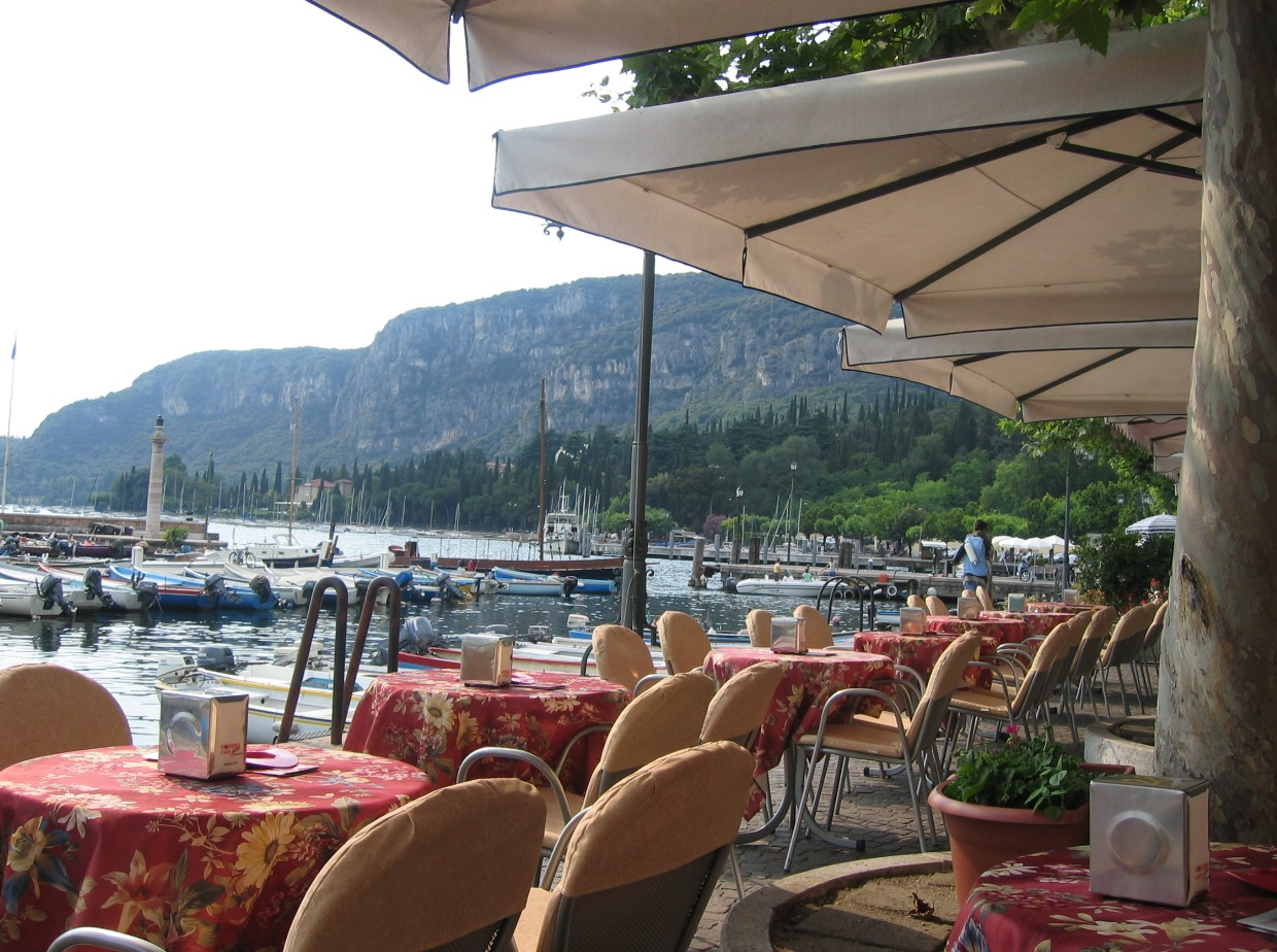 Nach dem Shopping: Cafe in Garda am Seeufer