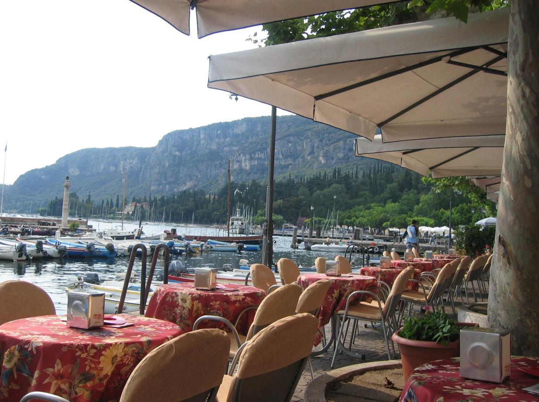 Nach dem Shopping: Cafe in Garda am Seeufer