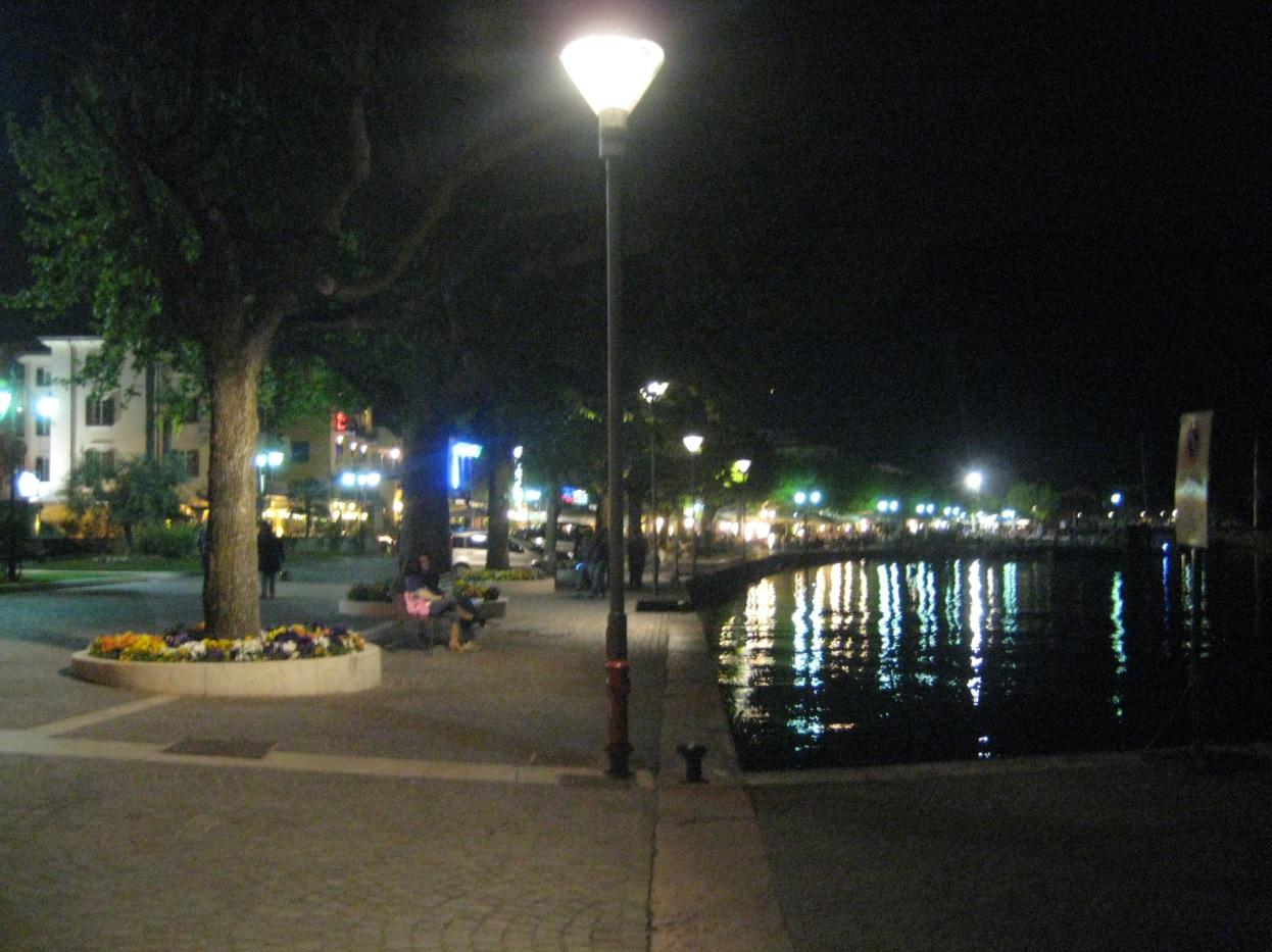 Seeufer am Gardasee im Nachtleben