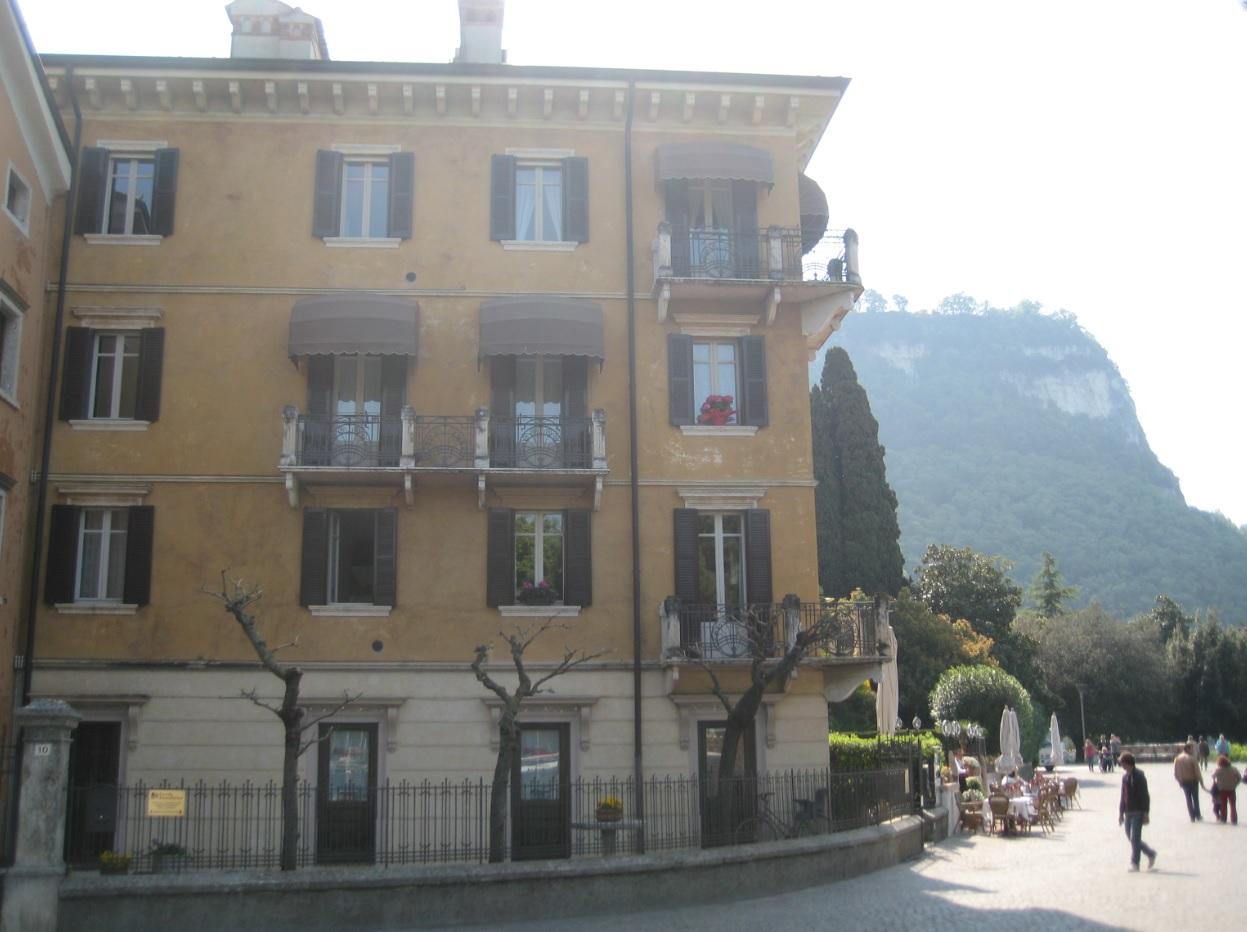 Garda mit Blick auf den Rocca Berg