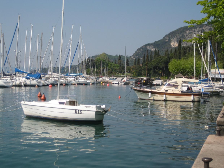 Segelboot am Ufer des Gardasees